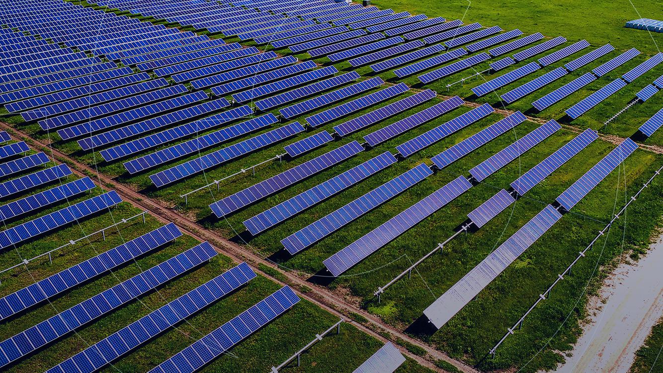 Fazenda solar é um projeto que foi instalada no campo ou área rural, possuindo tamanho e potência maiores do que as opções instaladas em residências.